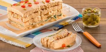 Domowa kanapka z indykiem, boczkiem i sosem