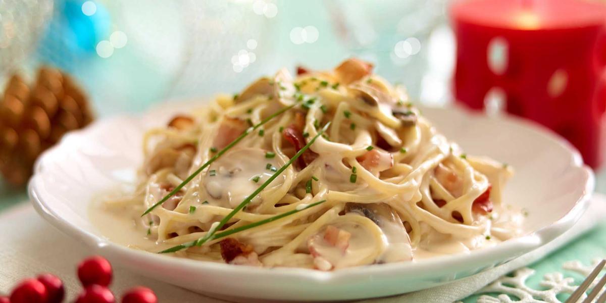Spaghetti con salsa de champiñones y tocino
