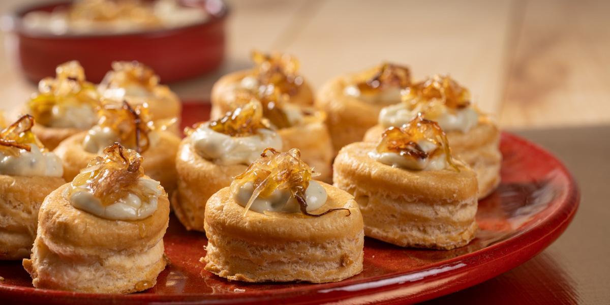 Tartaletas de queso azul y y cebollas caramelizadas.