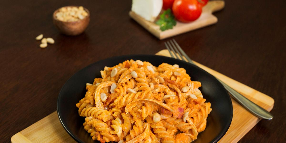 Fusilli con cacahuate y tomate