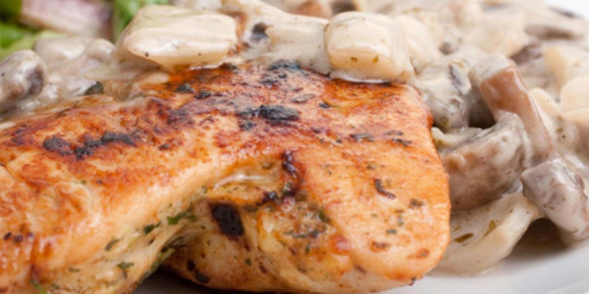 pollo en salsa cremosa de champiñones
