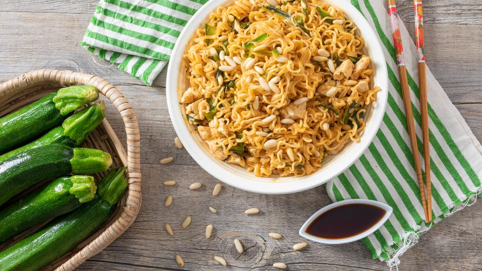 Ricetta Noodles XXL al gusto pollo con pollo, zucchine e pinoli