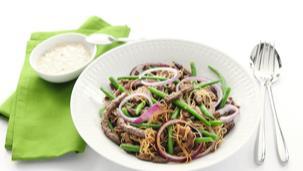 Roerbakschotel met sperziebonen en champignonsaus