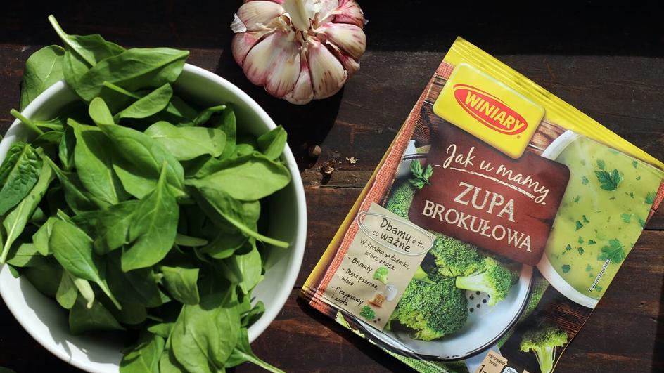 Gęsta zupa krem brokułowa z pestkami dyni i śmietaną