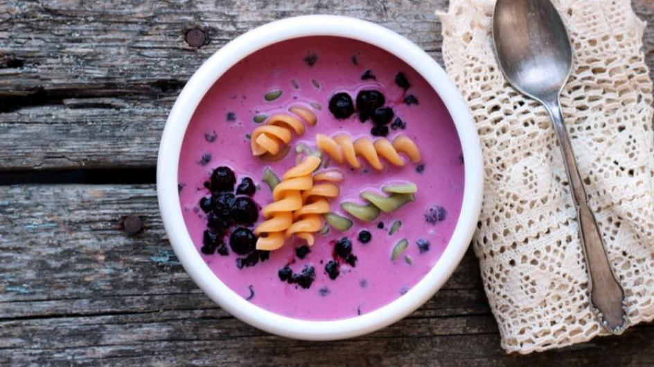Zupa jagodowa z kolorowym makaronem