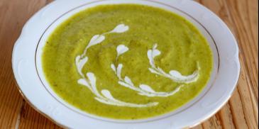 Zupa krem z brokułów zabielana wegańską śmietaną