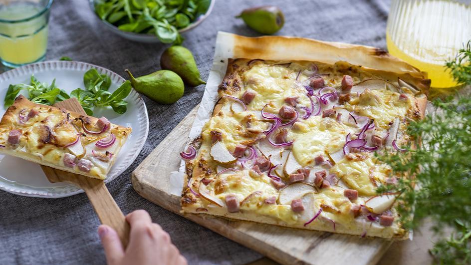 Pizza mit Birne und Raclettekäse