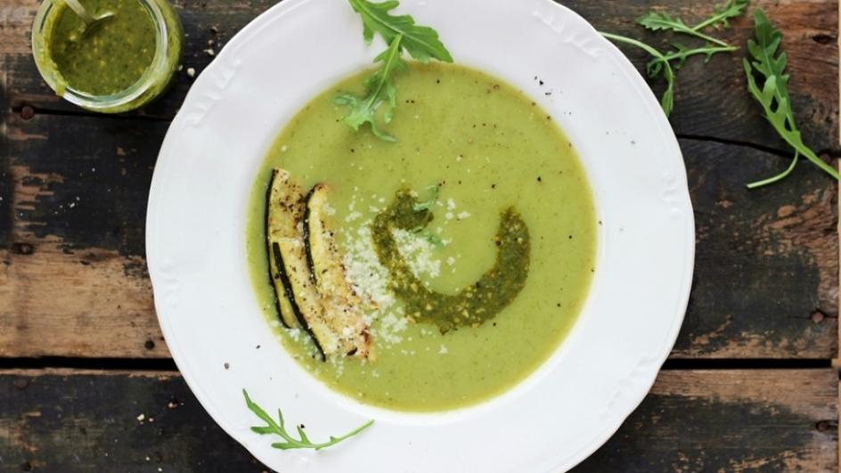 Zupa z pieczonej cukinii z pesto z rukoli