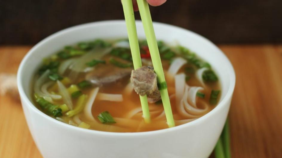Zupa wietnamska z wołowiną i makaronem ryżowym