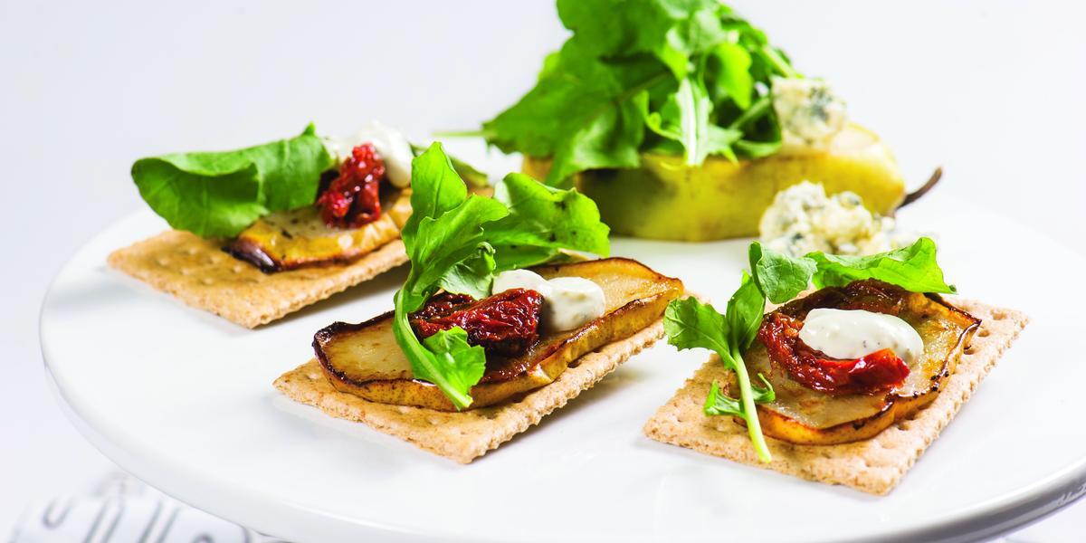 Montaditos Multicereales con Rúcula, Peras y Crema de Queso Roquefort