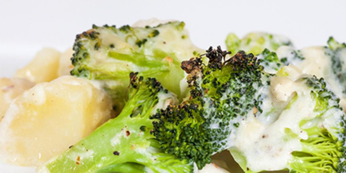 Papa asada en salsa de brócoli