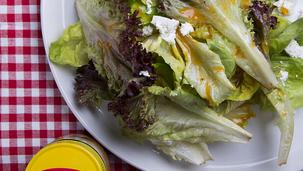 Σαλάτα ανάμεικτη με σάλτσα κόκκινης πιπεριάς