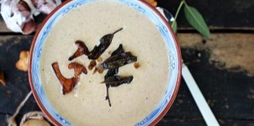 Zupa krem z kurek z dodatkiem smażonej szałwii