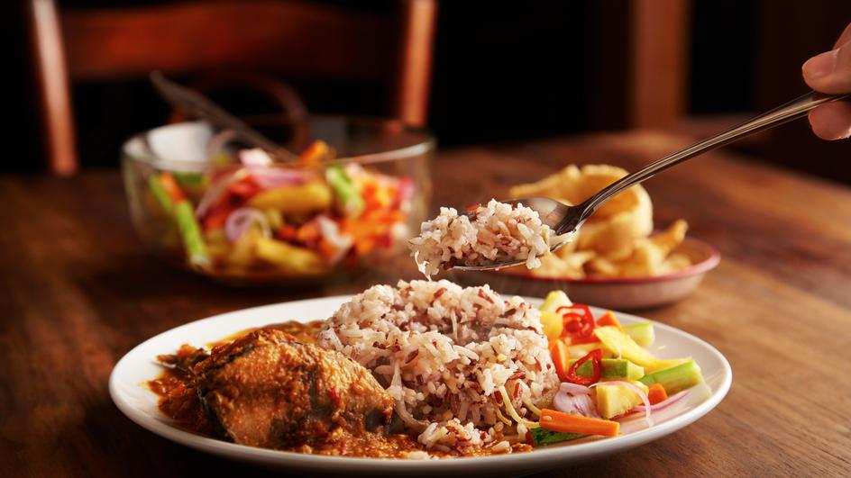 Nasi Dagang dengan Kari Ikan Tongkol dan Acar Jelatah
