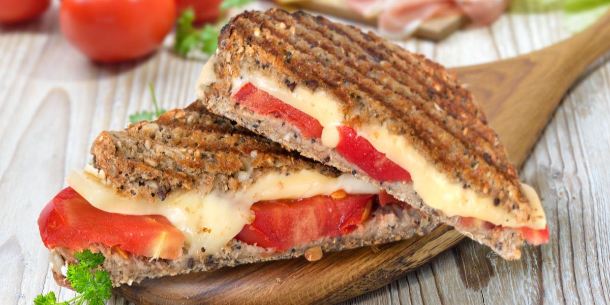 Sándwich de Queso con Tomate