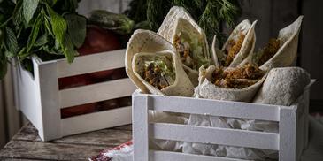 Wraps με κοτόπουλο και σάλτσα γιαούρτι λεμόνι