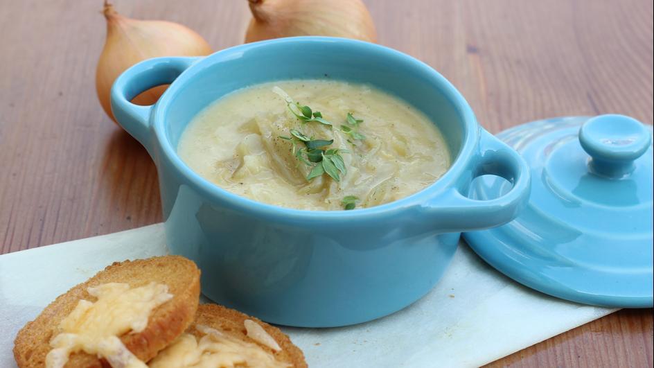 Zupa cebulowa z serowymi grzankami