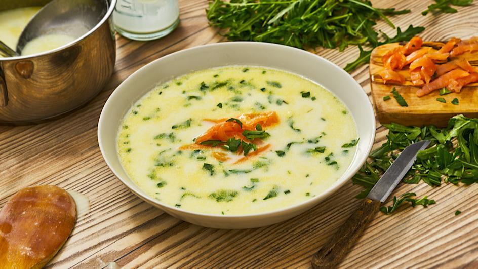 Spargelcreme-Suppe mit Rucola und Lachs