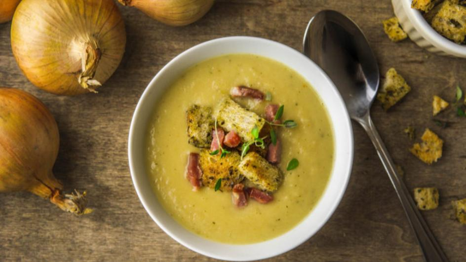 Zupa cebulowa krem na boczku z ziołowymi grzankami