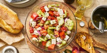 Griechischer Sommersalat mit Tomaten, Gurken und Feta