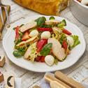 Fruchtiger Salat mit Erdbeeren und Hähnchen