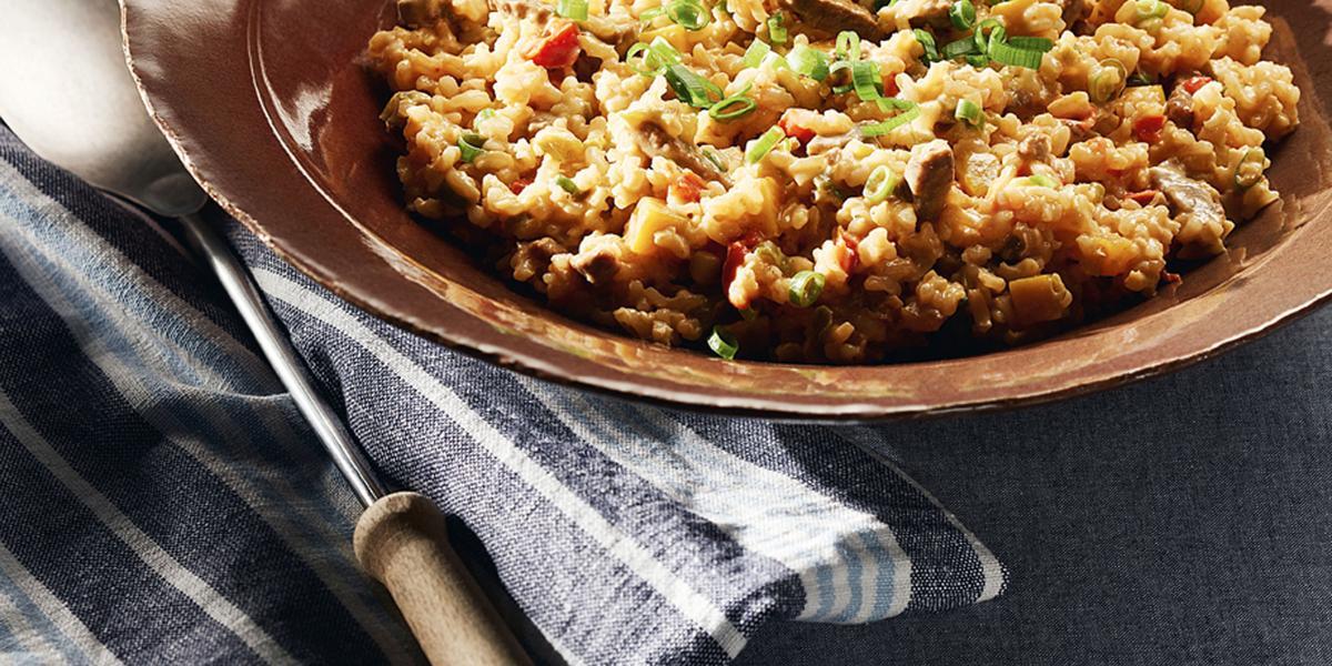 Foto de um prato marrom com risoto dentro