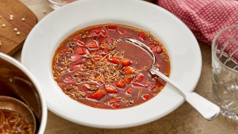 Rindfleisch-Suppe mit Hackfleisch und Chili