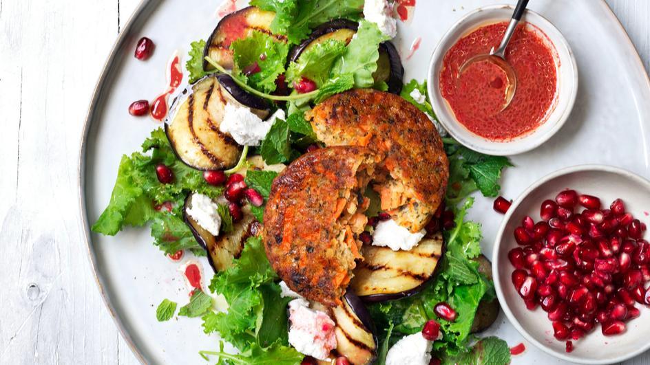 Linsenburger mit Spinat-Auberginen-Salat und Granatapfel-Dressing