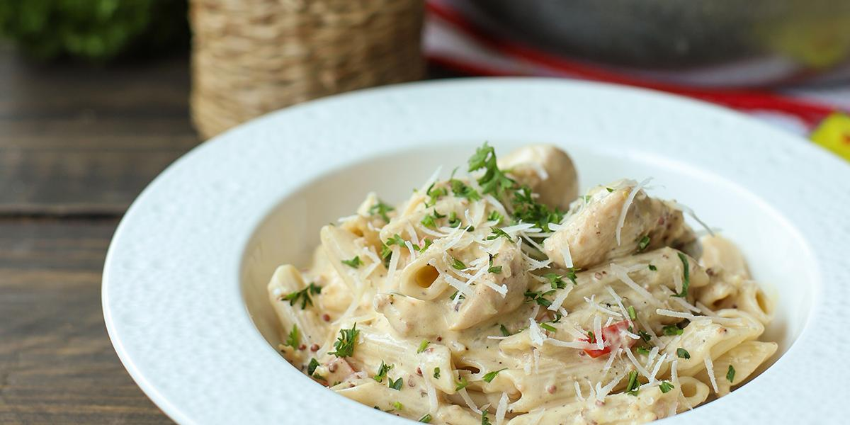 Pasta con Pollo, Tocineta y Mostaza