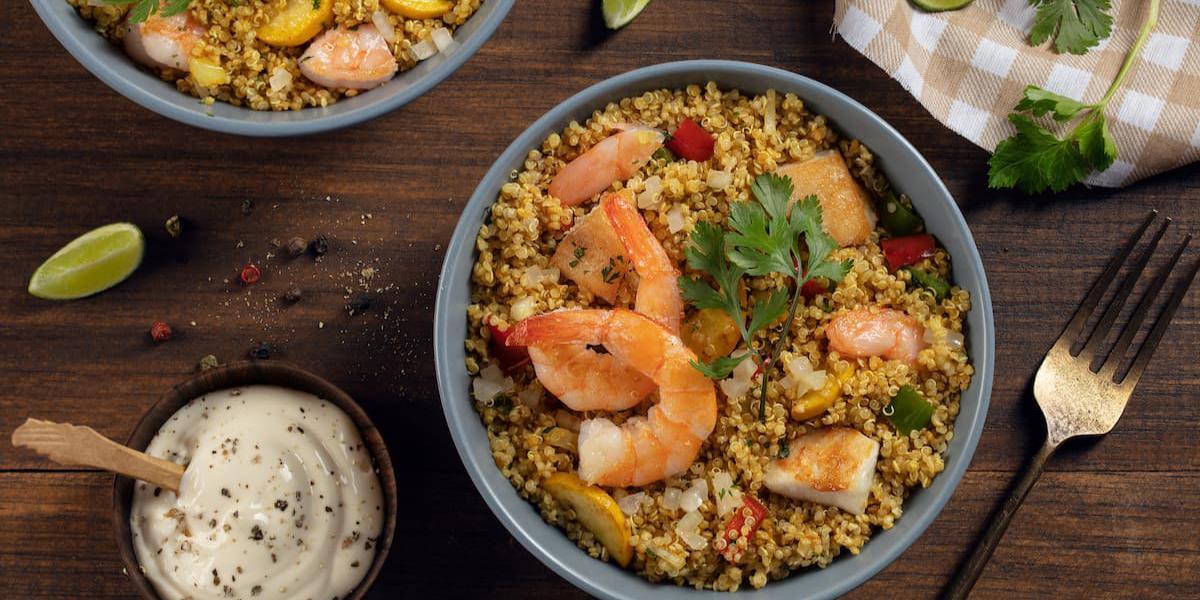 Bowl de quinua dorado y camarón