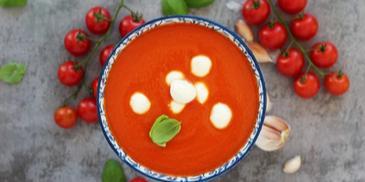 Zupa pomidorowa krem z pieczonym czosnkiem, mozzarellą i świeżą bazylią