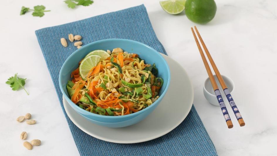 Noodles al pollo con zucchine, carote e arachidi