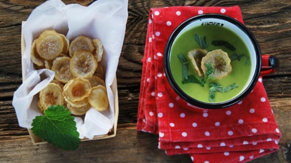Kremowa zupa z zielonego groszku z chipsami z pietruszki