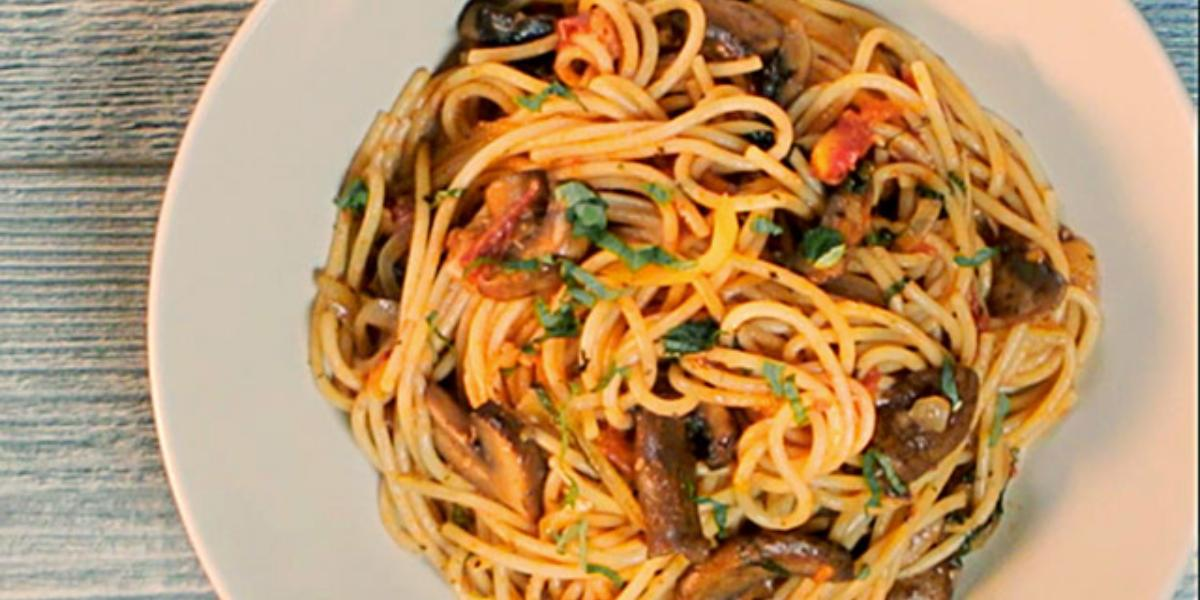 Espaguetis salteados con papas, hongos y albahaca