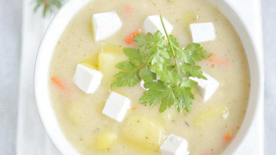 Wigilijny barszcz biały z kozim serem i olejem rydzowym