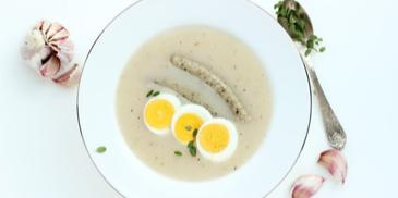Tradycyjny barszcz biały na zakwasie z jajkiem i białą kiełbasą