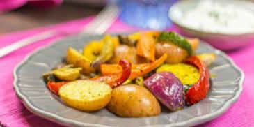 Sült zöldségek túrós-tejfölös mártogatóssal