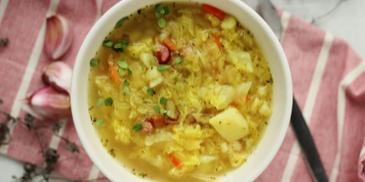 Zupa kapuściana z dwóch rodzajów kapusty z ziemniakami i majerankiem