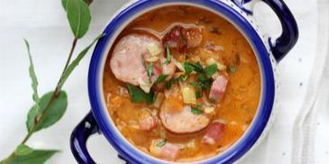 Zupa wiejska z kapustą, boczkiem i kiełbasą