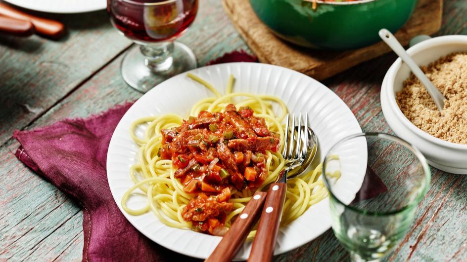 Soja-Bolognese mit veganem Parmesan