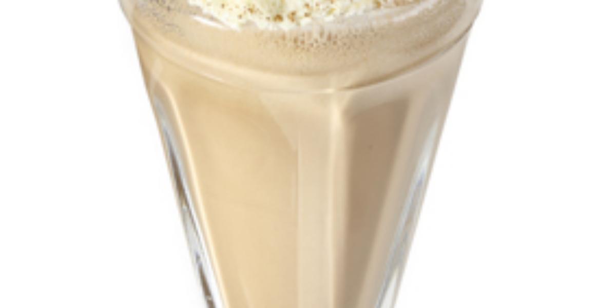 Fotografia vista de frente em tons de branco e marrom, ao centro um copo transparente com milkshake de café dentro e creme e canela por cima para decorar.