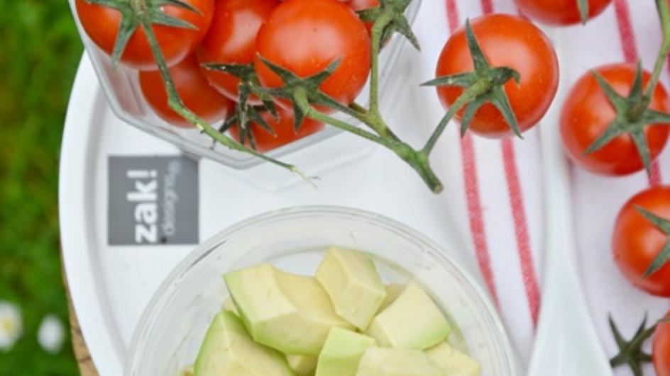 Dwuwarstwowy chłodnik z pomidorami i awokado