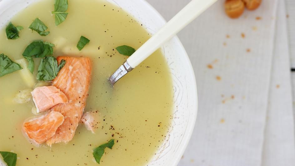 Zupa z białych warzyw ze szparagami i pieczonym łososiem