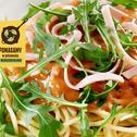 Spaghetti z sosem, szynką i rukolą