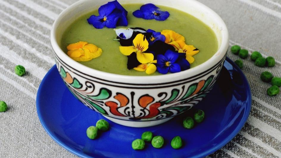 Zupa krem z zielonego groszku i porów z kwiatami jadalnymi