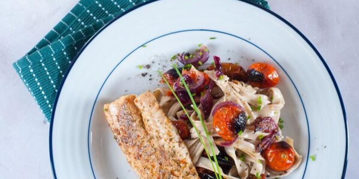 Merluza a las Finas Hierbas con Pastas En Tomates Asados