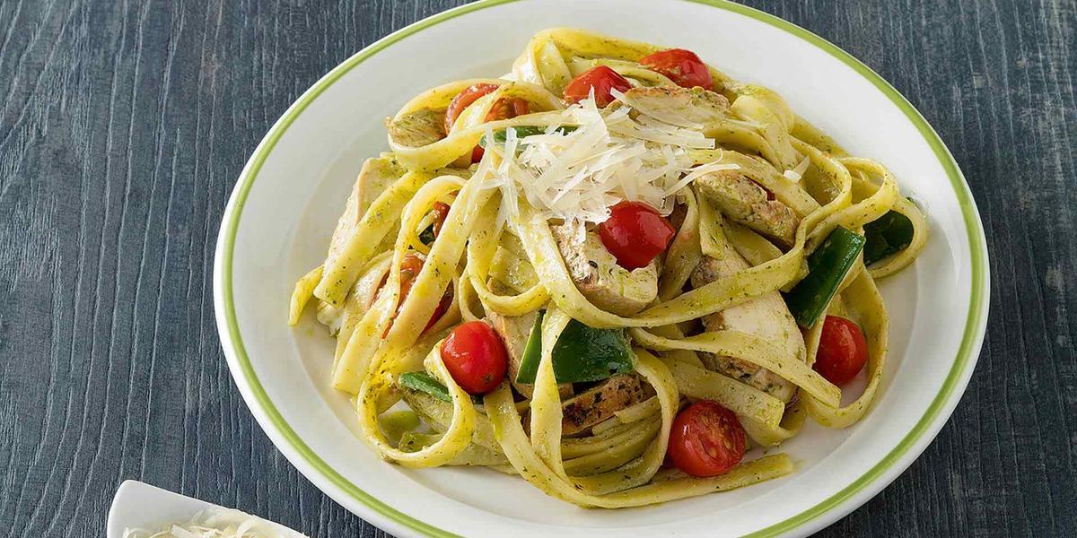 Fetuccine con Pesto Cremoso, Guisantes y Tomates