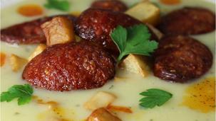 Krumplifőzelék sültkrumplival, kolbásszal
