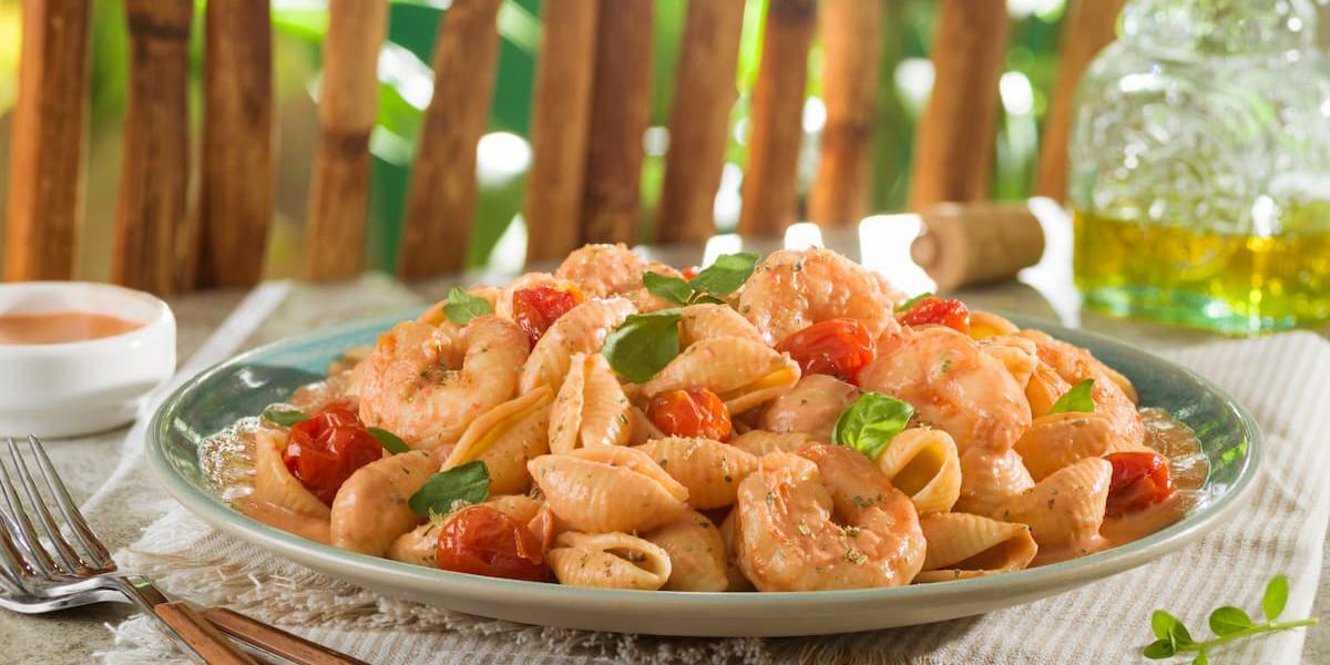 Conchitas cremosas al tomate y camarón