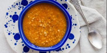 Wegańska zupa z soczewicy z kaszą bulgur i przecierem pomidorowym